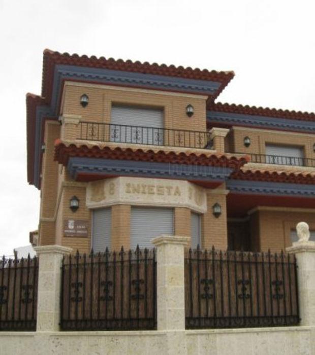 9-andres-iniesta-sa-maison-avec-son-nom-sur-la-facade-est-estimee-a-3-36-millions-d-euros_96710_w620